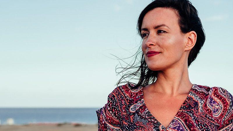 Mature woman by the sea | water retentino
